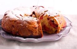 Brzoskwini i malinki bundt tort Obrazy Royalty Free