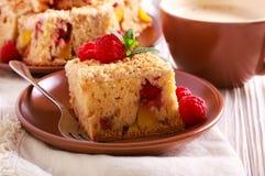 Brzoskwini i malinki streusel tort Zdjęcia Royalty Free