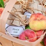 Brzoskwini owoc w koszu i dżem Zdjęcia Royalty Free