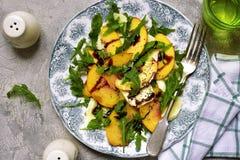Brzoskwini sałatka z arugula i mozarella serem Odgórny widok Fotografia Stock