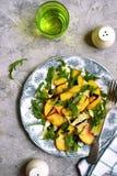 Brzoskwini sałatka z arugula i mozarella serem Odgórny widok Obraz Royalty Free