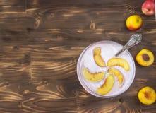 Brzoskwini souffle w przejrzystym szkle, zakończenie, pionowo Zdjęcia Stock