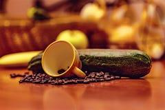 Brzoskwini ziarno, kawowy kubek, kapsuły kawa Fotografia Stock