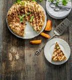 Brzoskwinia kulebiak na starym drewnianym stole Obraz Royalty Free