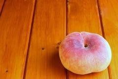 Brzoskwinia na drewnianej powierzchni Obraz Royalty Free