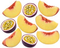 Brzoskwinia plasterki i pasyjna owoc ustawiają odosobnionego na białym tle Zdjęcie Royalty Free