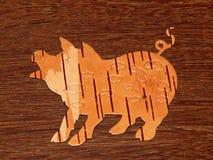 Brzozy barkentyny świnia na drewnianym tle fotografia royalty free