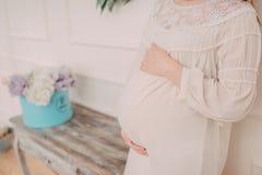 Brzuch kobieta w ciąży i kwiaty Zdjęcie Royalty Free
