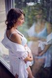 Brzuch kobieta w ciąży w biel sukni Zdjęcie Stock