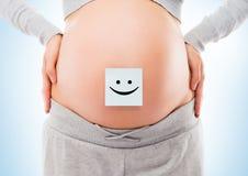 Brzuch młody kobieta w ciąży z białym majcherem zdjęcie royalty free
