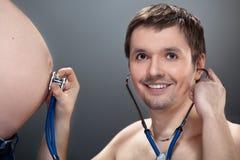 brzucha słuchania mężczyzna ciężarny Zdjęcia Stock