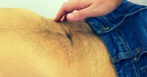 Brzuszny obmacywanie W centrum medycznym Doktorska ` s ręka na mężczyzna pacjencie zbiory wideo