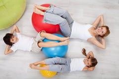 Brzuszny trening - kobieta i dzieciaki robi gimnastycznym ćwiczeniom Zdjęcie Royalty Free