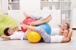 Brzuszny trening - kobieta z dzieciakami Fotografia Stock