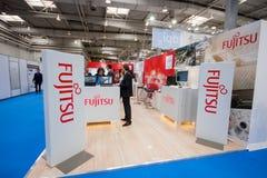Bås av det Fujitsu företaget på CeBIT Arkivbild