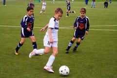 bsc-barn som leker schwalbachfotboll Arkivbild