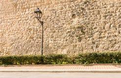 Bsckground de rue avec la lanterne de rue de vintage et le vieux mur en pierre image stock