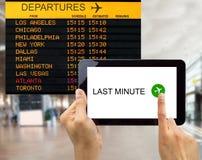 Búsqueda para los tratos de última hora en aeropuerto de los E.E.U.U. Foto de archivo libre de regalías