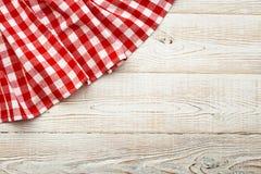 Bästa sikt av den rutiga bordduken på den vita trätabellen Arkivbilder