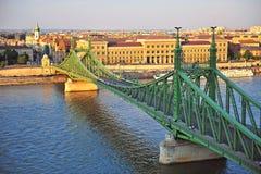 Bästa sikt av frihetbron och Budapest, Ungern Arkivfoto