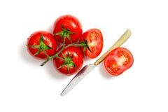 Bästa sikt av gruppen av den nya tomater och kniven Arkivbilder