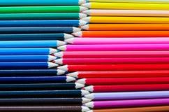Bästa sikt av samlingen av färgrika blyertspennafärgpennor uppställda i Ro Royaltyfria Bilder