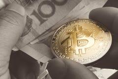 Btc、bitcoin、ethereum、litecoins、与物理金钱/钞票, cryptocurrency概念的波纹,金和银币交换 免版税库存图片