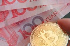 Btc、bitcoin、ethereum、litecoins、与物理金钱/钞票, cryptocurrency概念的波纹,金和银币交换 库存图片