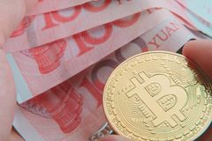 Btc、bitcoin、ethereum、litecoins、与物理金钱/钞票, cryptocurrency概念的波纹,金和银币交换 库存照片