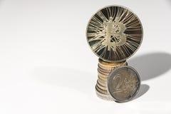 BTC Bitcoin monety ot wierzchołek stos euro Obrazy Stock