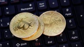 BTC-Tropfen auf Münzen auf einer Tastatur stock footage