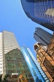 Bâtiment ayant beaucoup d'étages avec le panneau en verre et la réflexion Image libre de droits