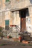 Bâtiment de émiettage antique Photos stock