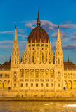 Bâtiment du Parlement de Budapest illuminé pendant le coucher du soleil avec le Danube, Hongrie, l'Europe Photos stock