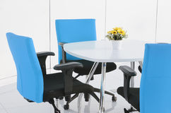 Bâtiment intérieur, bureau avec les meubles blancs modernes Images stock