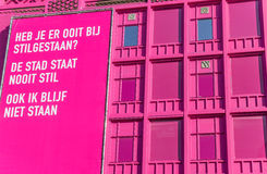 Bâtiment rose moderne avec le panneau d'affichage au centre de Groningue Photo libre de droits