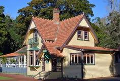 Bâtiments du centre des visiteurs historiques sur une colline d'arbre, Auckland Photographie stock