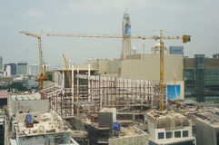 Bâtiments en construction et grues sous un ciel bleu Image stock