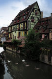 Bâtiments et canal à Colmar Photos stock