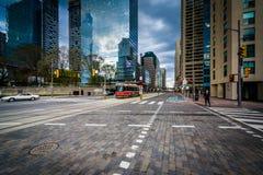 Bâtiments modernes le long de la Reine Quay chez le Harbourfront dans Toront Photo stock