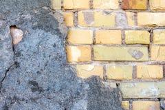 Béton criqué sur le mur de briques Image stock