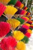 bâtons colorés d'encens Photos stock