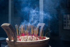 Bâtons d'encens dans la pagoda Image stock