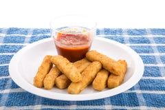 Bâtons de poissons de plat avec de la sauce à cocktail Photographie stock libre de droits