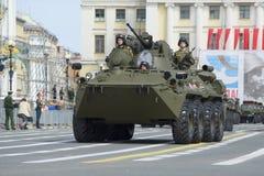 BTR-82A à la répétition du défilé en l'honneur de Victory Day sur la place de palais St Petersburg Image libre de droits