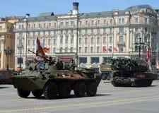 BTR-82A и зенитная ракета сложное BUK-M2 во время военного парада Стоковое Изображение