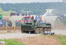 BTR-80射击其机关枪 免版税库存图片