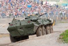 BTR-80 funciona um curso de obstáculo Imagens de Stock Royalty Free