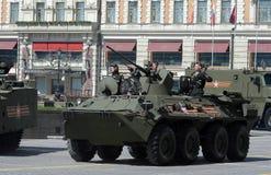 BTR-82A是俄国8x8被转动的两栖装甲运兵车(APC)有海军陆战队员的 图库摄影
