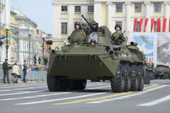 BTR-82A an der Wiederholung der Parade zu Ehren Victory Days auf Palast-Quadrat St Petersburg Lizenzfreies Stockbild